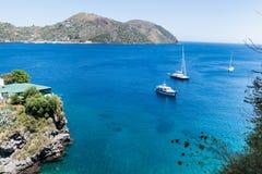 Boote auf dem blauen Meer, Lipari, Italien Lizenzfreie Stockfotografie