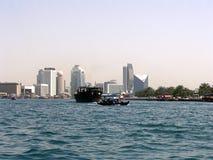 Boote auf dem Bucht-Nebenfluss in Dubai Wolkenkratzer auf Hintergrund stockfotografie