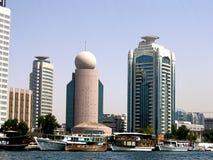 Boote auf dem Bucht-Nebenfluss in Dubai Wolkenkratzer auf Hintergrund lizenzfreie stockfotografie