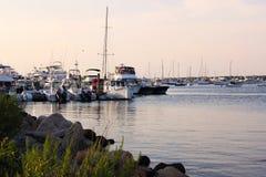Boote auf dem Dock bei Sonnenuntergang stockfotos