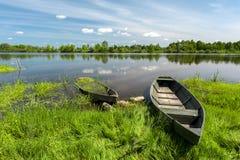 Boote auf dem Fluss Lizenzfreie Stockfotos