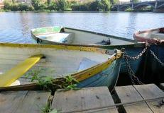 Boote auf dem Fluss, angekoppelt Stockfotografie