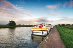 Boote auf dem Fluss Bure lizenzfreies stockbild