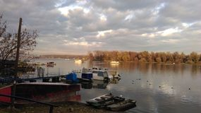 Boote auf dem Fluss Donau Stockfotografie