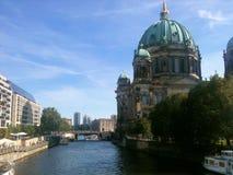 Boote auf dem Fluss Donau in Berlin Stockfotografie