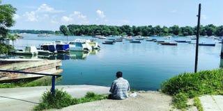Boote auf dem Fluss Donau und Mann Stockfoto