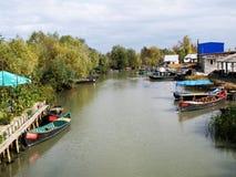Boote auf dem Fluss am Pier Stockfoto