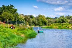 Boote auf dem Fluss Sorraia in Portugal im Sommer Stockfoto