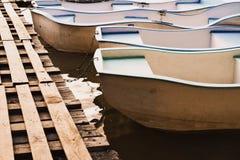 Boote auf dem Gebirgssee stockbild