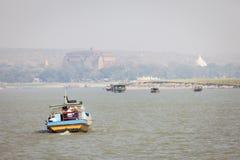 Boote auf dem Irrawaddy-Fluss lizenzfreie stockbilder