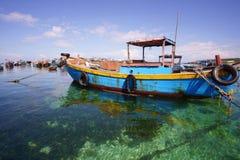 Boote auf dem klaren Meer stockfoto