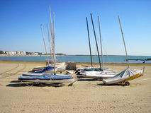 Boote auf dem leeren Strand Stockfoto