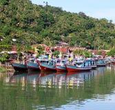 Boote auf dem Muaro-Fluss in Padang, West-Sumatra stockbild
