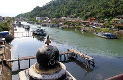 Boote auf dem Muaro-Fluss in Padang, West-Sumatra lizenzfreies stockfoto