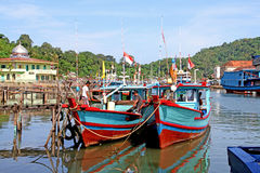 Boote auf dem Muaro-Fluss in Padang, West-Sumatra lizenzfreie stockbilder