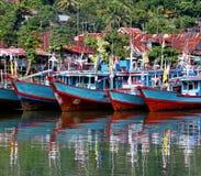 Boote auf dem Muaro-Fluss in Padang, West-Sumatra lizenzfreie stockfotografie