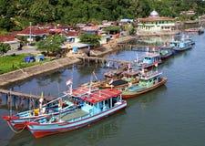 Boote auf dem Muaro-Fluss in Padang, West-Sumatra stockbilder