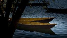 Boote auf dem Phewa See, Pokhara, Nepal lizenzfreie stockfotos