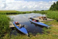 Boote auf dem Riverbank Stockbild