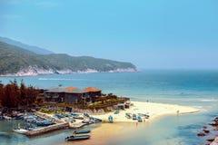 Boote auf dem Sand an der Bucht auf dem Hintergrund des Berges Lizenzfreies Stockfoto