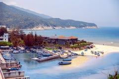 Boote auf dem Sand an der Bucht auf dem Hintergrund des Berges Lizenzfreies Stockbild