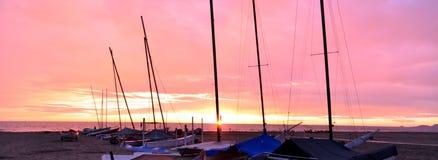 Boote auf dem Sandstrand während des Sonnenuntergangs Stockfoto