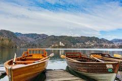 Boote auf dem See geblutet stockfotos