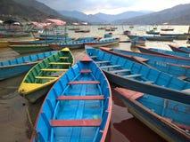 Boote auf dem See von Pokhara, Nepal Stockfotografie