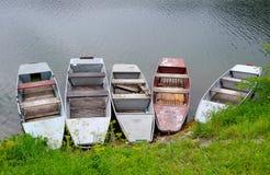 Boote auf dem Seeufer Stockfoto
