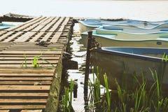 Boote auf dem sonnigen Berg lizenzfreies stockbild