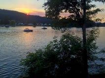Boote auf dem Spokane-Fluss bei Sonnenuntergang Lizenzfreie Stockfotos