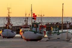 Boote auf dem Strand in Løkken bei Sonnenuntergang stockfoto