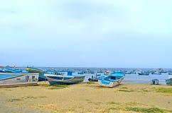 Boote auf dem Strandsand Stockbilder