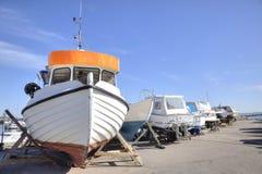 Boote auf dem Ufer lizenzfreie stockbilder