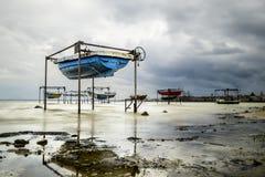 Boote auf dem Ufer des Ladoga Sees im regnerischen Wetter Stockfotos