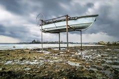 Boote auf dem Ufer des Ladoga Sees im regnerischen Wetter Lizenzfreies Stockbild
