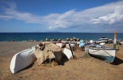 Boote auf dem Ufer des Mittelmeeres auf Sizilien Stockbild