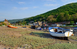 Boote auf dem Ufer an Porlock-Wehr Stockfoto