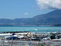 Boote auf dem Ufer vom Mittelmeer Stockbilder