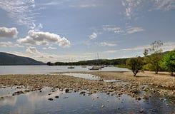 Boote auf dem Ufer von Coniston-Wasser Stockfotografie