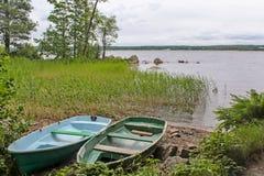 Boote auf dem Ufer von einem See Stockfotografie