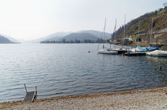 Boote auf dem Ufer von Lago-Di Lugano, die Schweiz Stockfotos