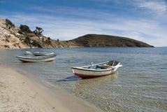 Boote auf dem Ufer von See Lizenzfreie Stockfotos