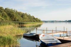 Boote auf dem Ufer von See Perhovo, Russland Stockfotos