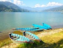 Boote auf dem Ufer von See Pheva Stockfoto