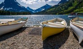 Boote auf dem Ufer von zwei Medicine See im Glacier Nationalpark Lizenzfreies Stockbild