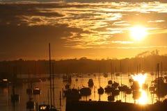 Boote auf dem waterat Sonnenaufgang Lizenzfreie Stockbilder