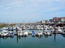 Boote auf der Küste der Bucht von Gijon, Asturien spanien lizenzfreie stockfotos
