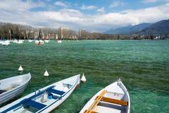 Boote auf einem Gebirgssee Stockbilder