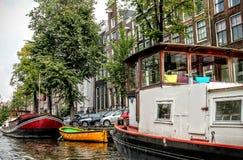 Boote auf einem Kanal in Amsterdam Lizenzfreies Stockbild